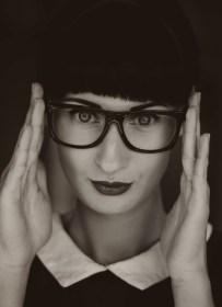 Grijswaardenfotografie van Vrouw die Oogglazen draagt