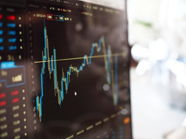 股票市場監視器上的藍色和黃色圖