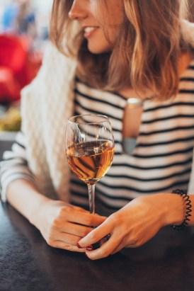 Donna Che Tiene Un Bicchiere Di Vino