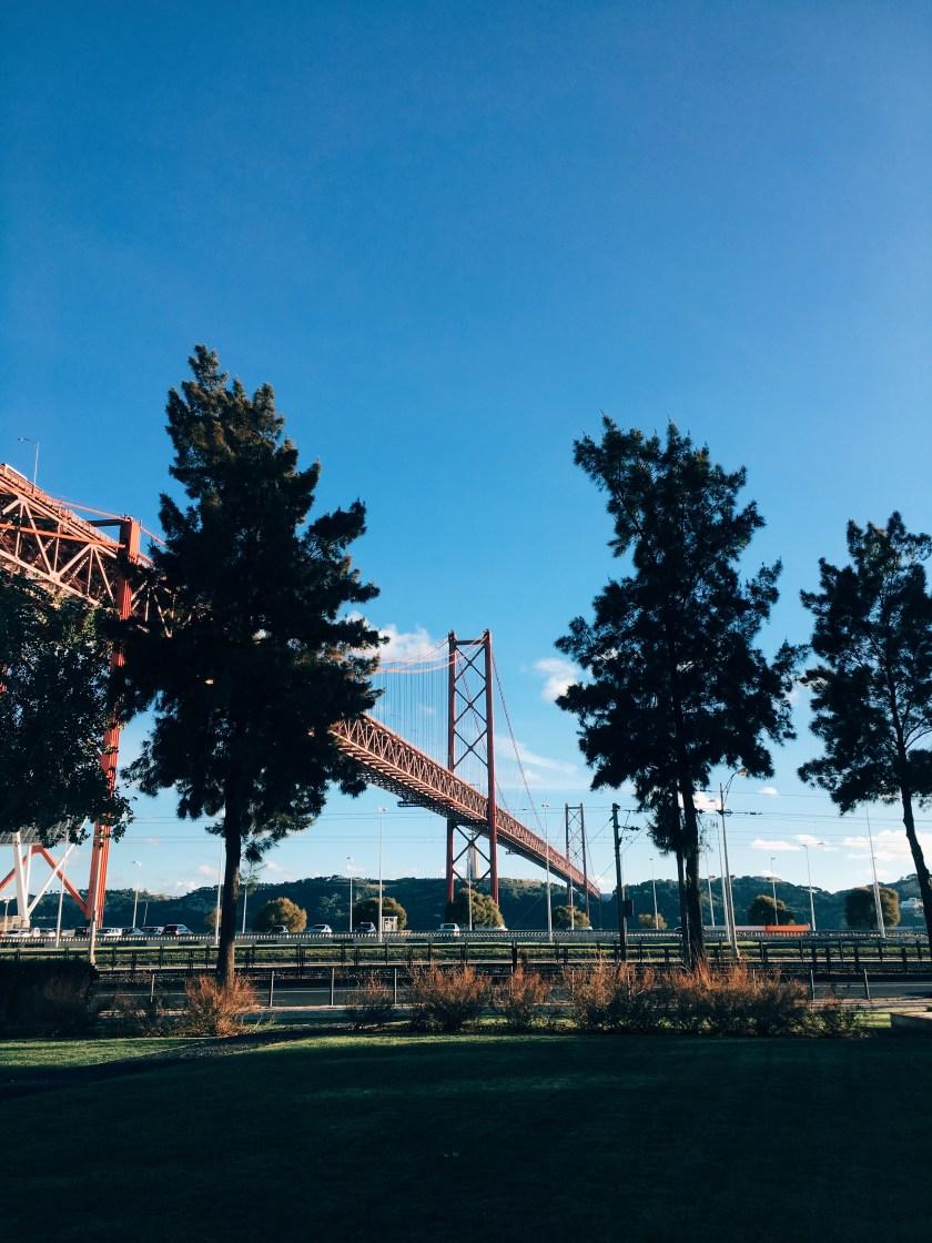 25 de abril köprüsü, açık hava, ağaçlar içeren Ücretsiz stok fotoğraf