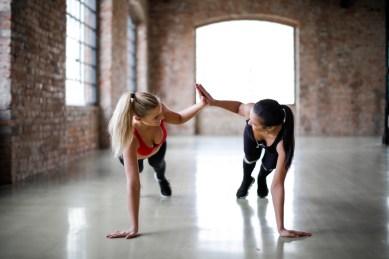 Giovani Atlete Snelle Che Si Danno Il Cinque L'un L'altro Mentre Si Allenano Insieme Nel Club Sportivo