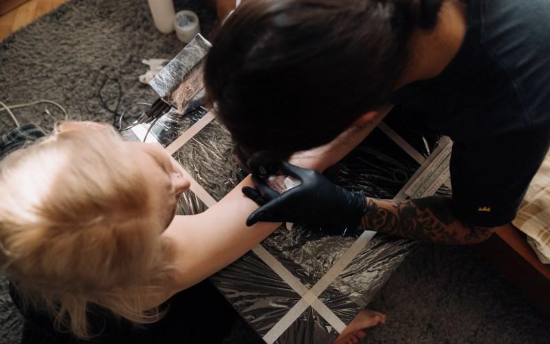 girl-getting-tattoo
