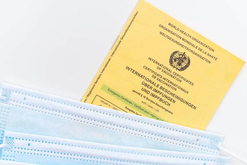 ameliyat maskesi, aşı, aşı belgesi içeren Ücretsiz stok fotoğraf
