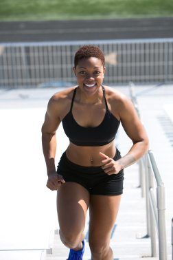 Donna Che Indossa Reggiseno Sportivo Nero E Pantaloncini Da Jogging Sorridente