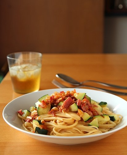 Yilan - 今日午餐:香蒜洋蔥培根番茄節瓜義大利麵。佐餐茶是冷泡加賀棒茶。 - Plurk