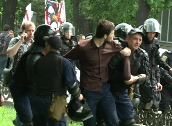Preotii s-au luat la bataie cu politistii la marsul homosexualilor. Crestinii au aruncat cu oua in timp ce ambasadorul SUA tinea discurs - VIDEO