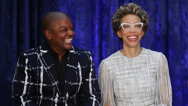 Les peintres Kehinde Wiley et Amy Sherald, assis sur une scène, sourient.