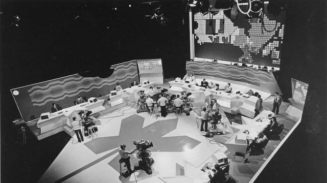 Plateau de l'émission Canada 282 avec une immense carte du Canada comme toile de fond du studio 42.