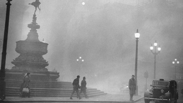 Un épais brouillard sur la place Piccadilly Circus