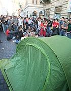 Indignati davanti Bankitalia (Ansa)