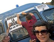 Slogan sulle camionette (Ansa)