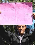 Un cartello contro l'ambasciatore tunisino (Russo)