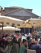 Il Pantheon nascosto da tavolini e ombrelloni (Jpeg)