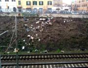 Un'altra immagine del vallo ferroviario del Pigneto ridotto a una discarica