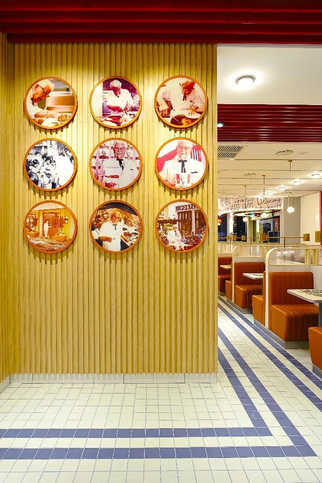 Dinding gambar yang memaparkan Colonel Sanders, pengasas KFC.