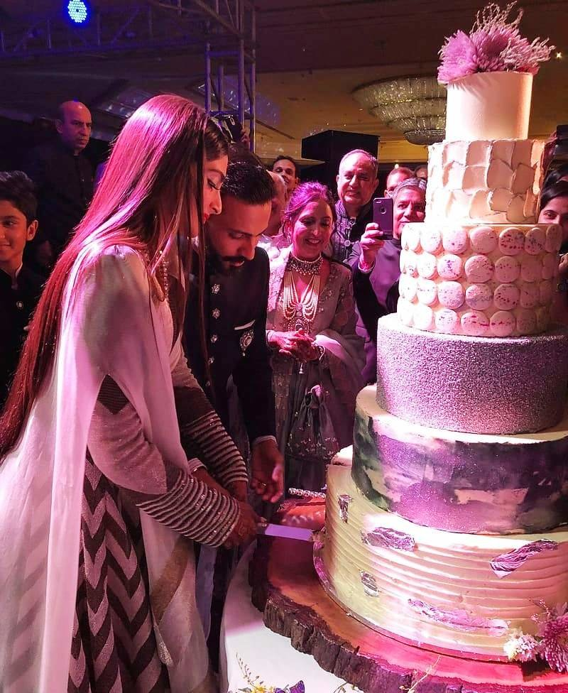 17  Huge   Gorgeous Cakes we spotted in Indian weddings    ShaadiSaga Sonam   Anand s huge six tier cake