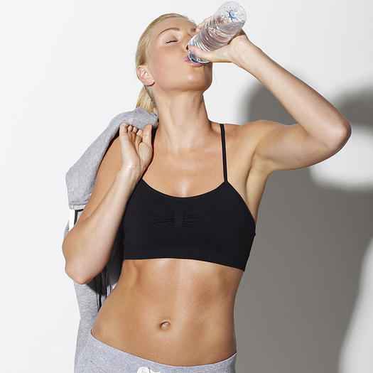 Uống nước đầy đủ để da không bị khô