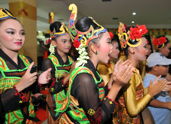 Jaipongan dancers cheers for their colleagues during a festival in  Bandung on February 22, 2009.