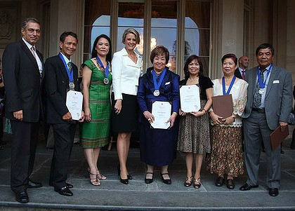 Last night ... the Filipinos line up to get their community awards.