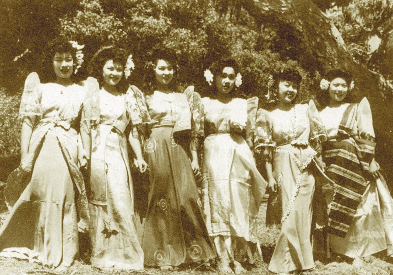 Vintage photo of filipina women