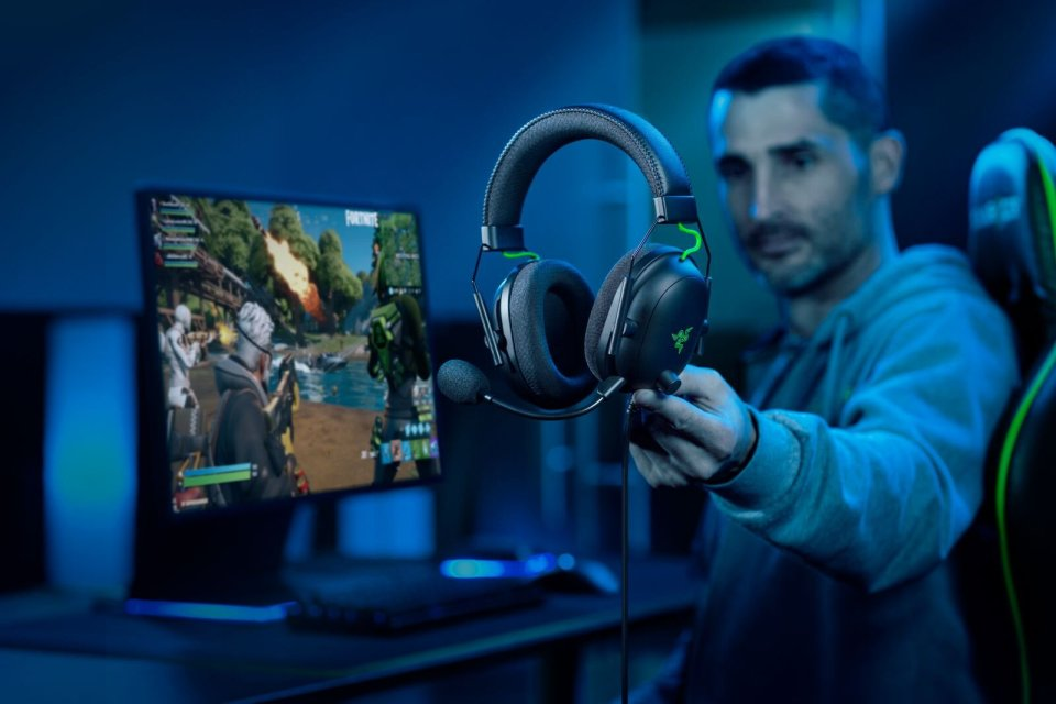 Razer BlackShark V2 [2020] Lifestyle Image 2.jpg