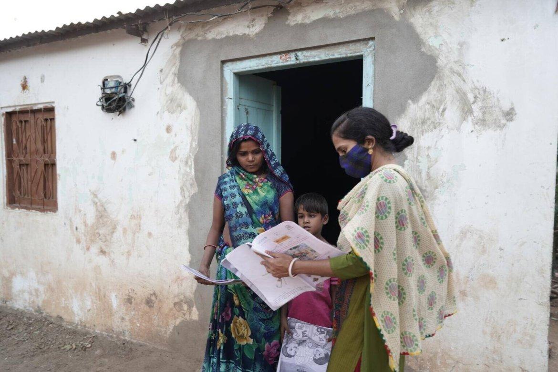 La maestra Shrimti Pinky Davar durante una visita a una de sus estudiantes para llevarle libros y hojas de trabajo mientras las escuelas estaban cerradas debido al COVID-19. / © UNICEF / UN0375484 / Kaur.