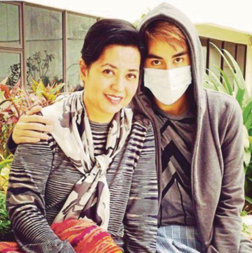 """Raja Zarith Sofiah mit ihrem Sohn """"Lil"""", der einen Mundschutz tragen muss, um sich nicht mit Keimen anzustecken Foto: Royal Office Johor"""