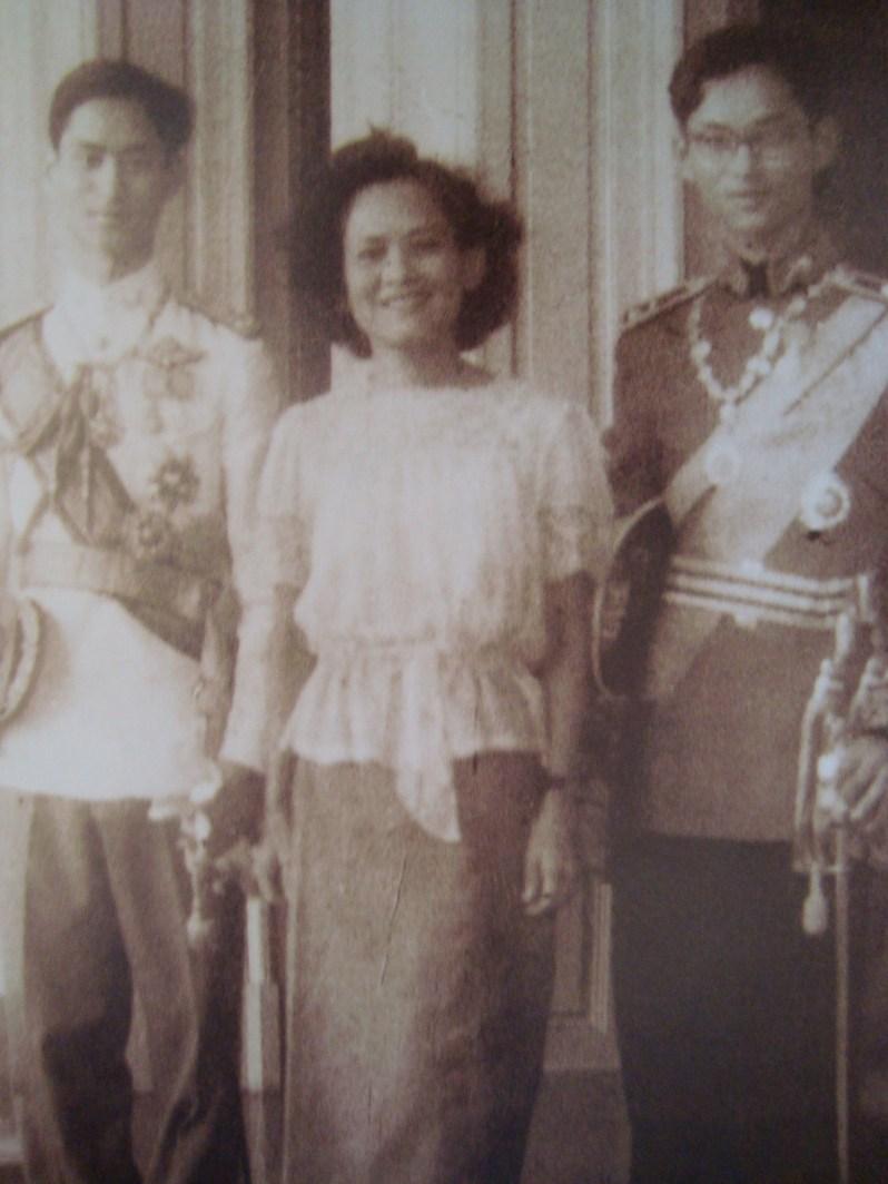 Prinzessin Srinagarindra mit ihren Söhnen König Rama (li.) und Prinz Bhumibol. Foto: Bureau of the Royal Household, Kingdom of Thailand, Gemeinfrei