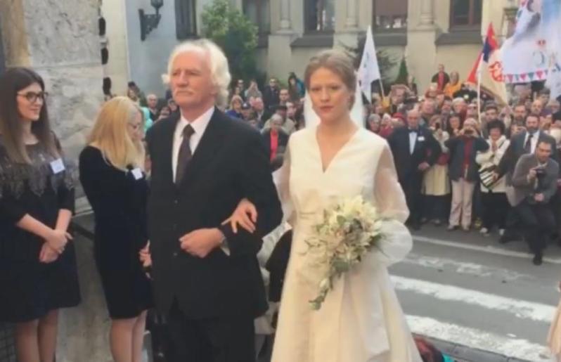 Danica Marinković wird von ihrem Vater dem berühmten Künstler Cile Marinković zum Altar geführt   Foto: Screenshot, Live-Übertragung