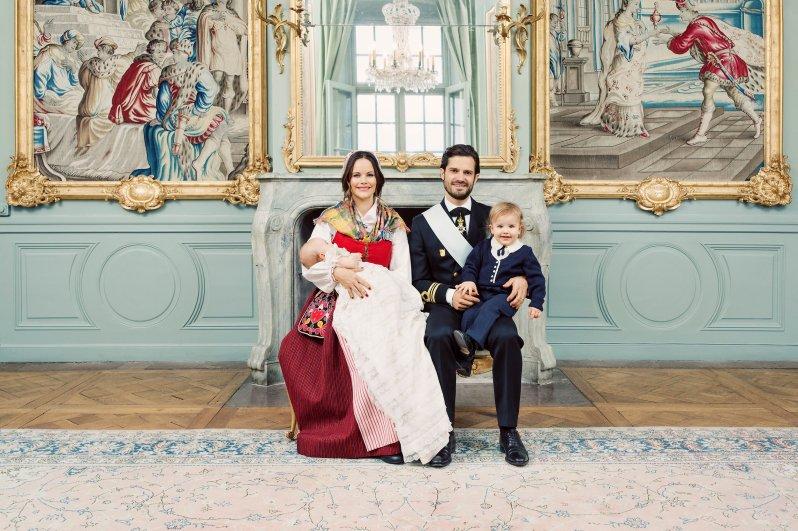 Wie süß Prinz Alexander in die Kamera guckt! Man kann schon erkennen, dass dem Kleinen der Schalk im Nacken sitzt. Sein Outfit trug übrigens schon Carl Philip als kleiner Junge   Foto: Erika Gerdemark, Kungahuset.se