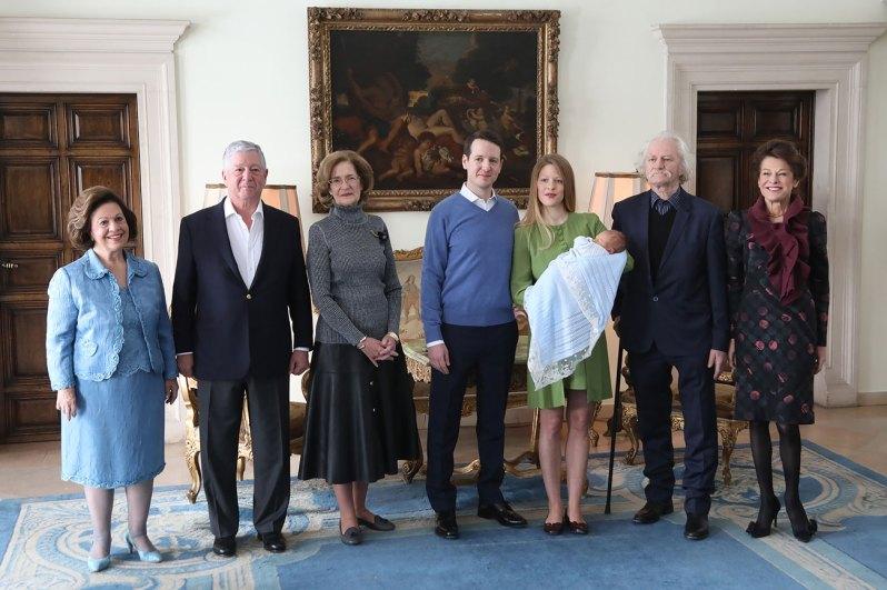 Die stolzen Großeltern: Kronprinzessin Katherine, Kronprinz Alexander, Prinzessin Maria und Danicas Eltern Cile und Beba Marinkovic.    Foto: Royal Palace