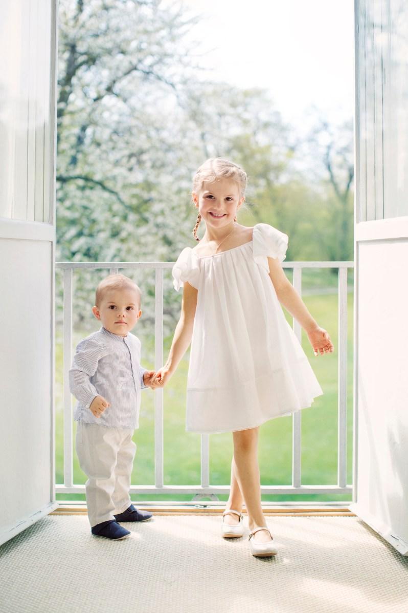 2017: Dieses Foto könnte auch aus einem Katalog für Kindermode stammen. Die Ähnlichkeit von den Geschwistern wird immer größer. Beide haben Victorias Augen.  ©Erika Gerdemark, Kungahuset.se
