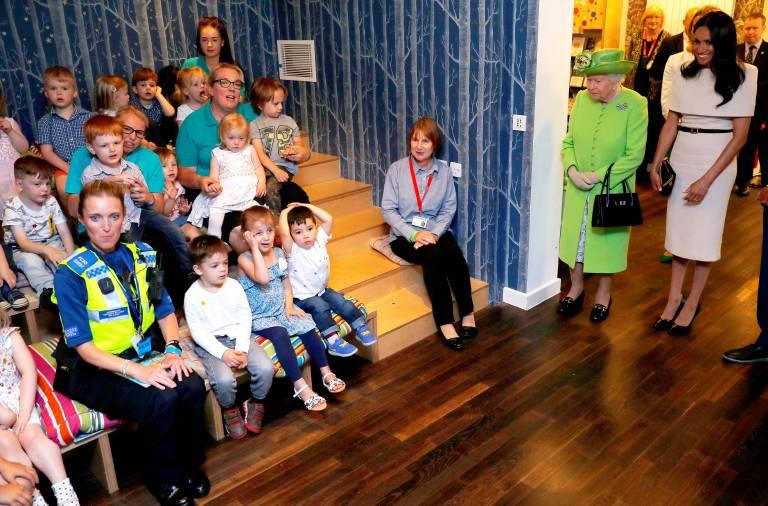 Herzogin Meghan strahlt, als sie die süßen Kinder im Storyhouse trifft.  ©imago/PA Images
