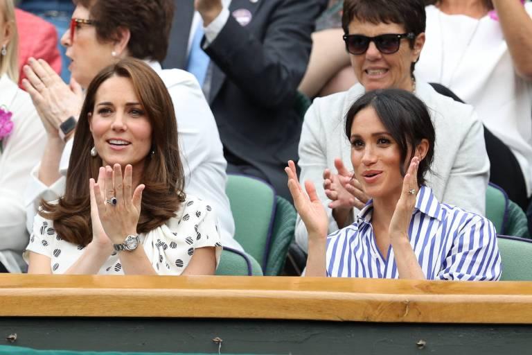 Applaus für Serena Williams: Herzogin Meghan und ihre gleichaltrige Schwägerin feiern den Tennis-Star an.  ©imago/i Images