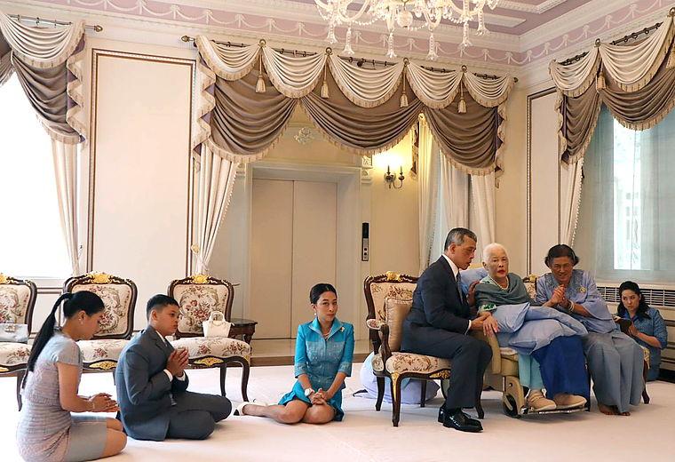 Der in Deutschland aufwachsende Prinz Dipangkorn (2.v.l.) war nach Thailand gereist um mit seiner Großmutter zu feiern.  ©The Royal Household Bureau