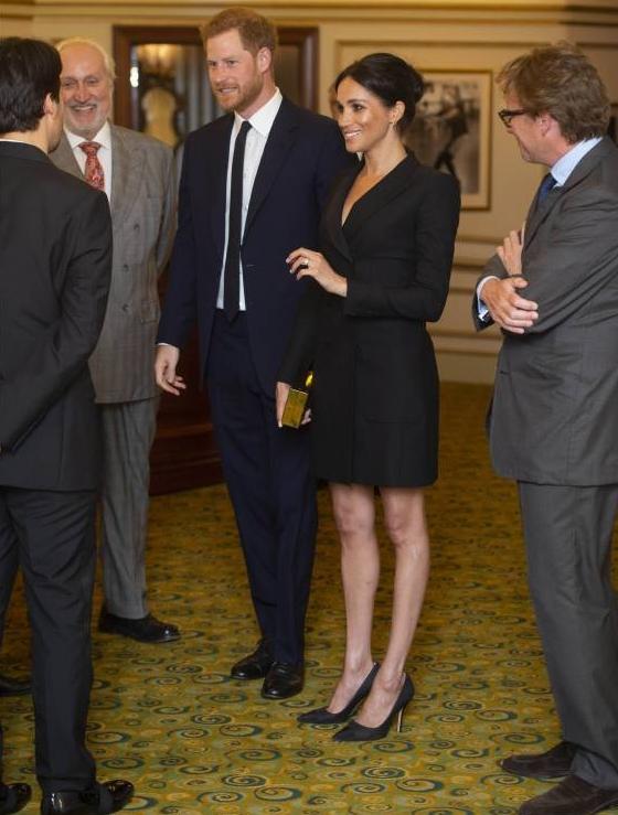 Die schlanken Beine von Herzogin Meghan sorgen für Gesprächsstoff.  ©imago