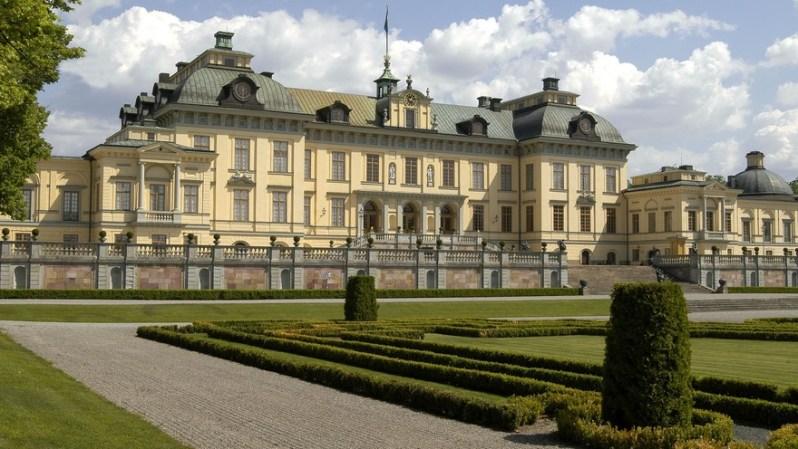 Drottningholm ist der Wohnsitz des schwedischen Königspaares am Mälarsee bei Stockholm.  © pr / schwedisches koenigshaus / davlos, alexis