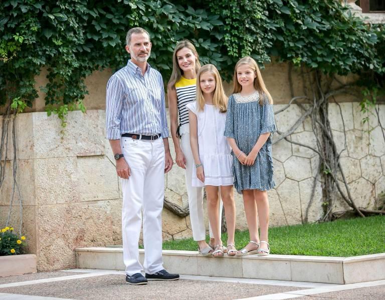Königin Letizia ist größer als die durchschnittliche Spanierin. Doch neben ihrem langen Mann wirkt sie immer noch klein.  ©imago/APress