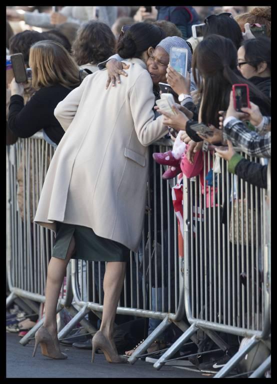 Ein berührender Moment: Herzogin Meghan umarmt eine Frau in der Menschenmenge.  ©imago