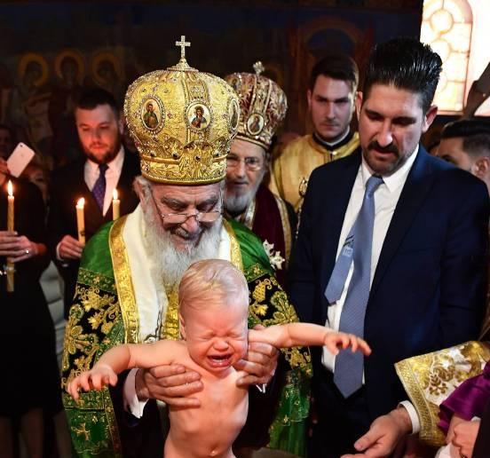 Als Erzbischof Irinej den kleinen Stefan ins Taufbecken setzt, gibt der Blondschopf eine lautstarke Kostprobe seiner Stimme.  ©imago/Pixsell