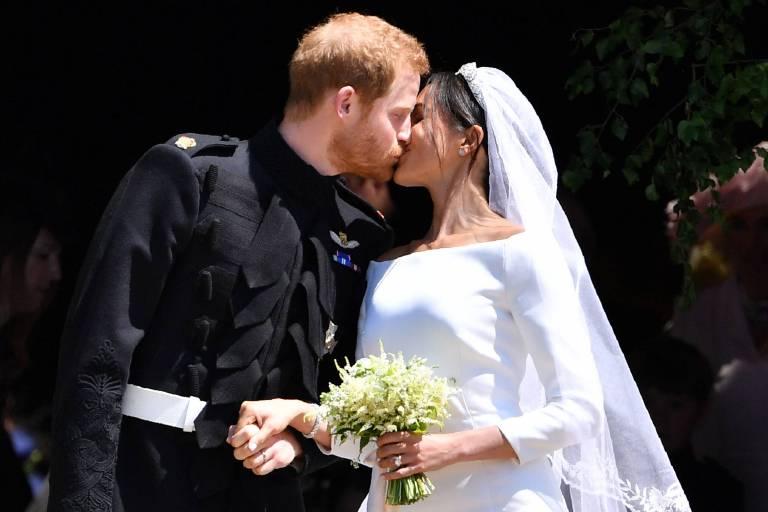 Ein Kuss besiegelt das Glück von Prinz Harry und der ehemaligen Schauspielerin Herzogin Meghan.  ©imago