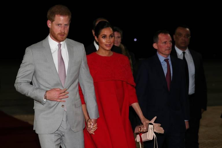 Harry und Meghan wirken etwas müde bei ihrer Ankunft. Thomas Reilly (r.) und andere Staatsdiener haben das Paar in Empfang genommen.  ©imago