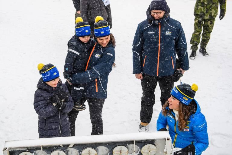 Das war ganz schön spannend für Estelle. Eine Sportlern erklärte ihr die Biathlon-Zielscheibe.  ©imago