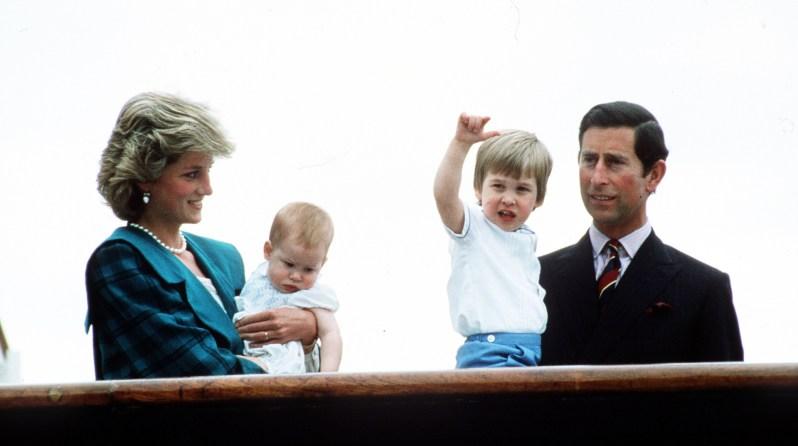 Im Mai 1985 zeigen Prinz Charles (r.) und Diana ihre beiden Kinder Prinz William (2.v.r.) und Prinz Harry (2.v.l.) der Öffentlichkeit bei einem Besuch in Venedig. Im Frühjahr 2019 erwartet ihr jüngster Sohn Harry selbst sein erstes Kind.  ©ZDF/Anwar Hussein