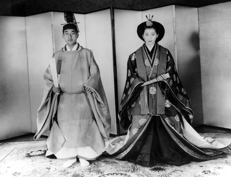 500.000 Japaner säumten die Straßen, um einen Blick auf das Brautpaar zu erhaschen. Die Hochzeit fand nach shintōistischen Ritus statt.  ©imago images / United Archives International