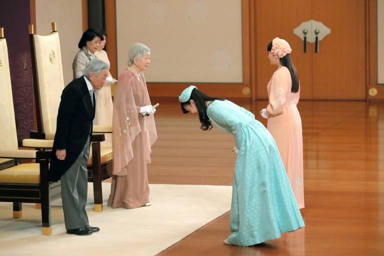 Prinzessin Mako (r.) und Prinzessin Kako gratulieren ihren Großeltern Kaiser Akihito und Kaiserin Michiko zum Hochzeitstag.  ©imago images / Kyodo News