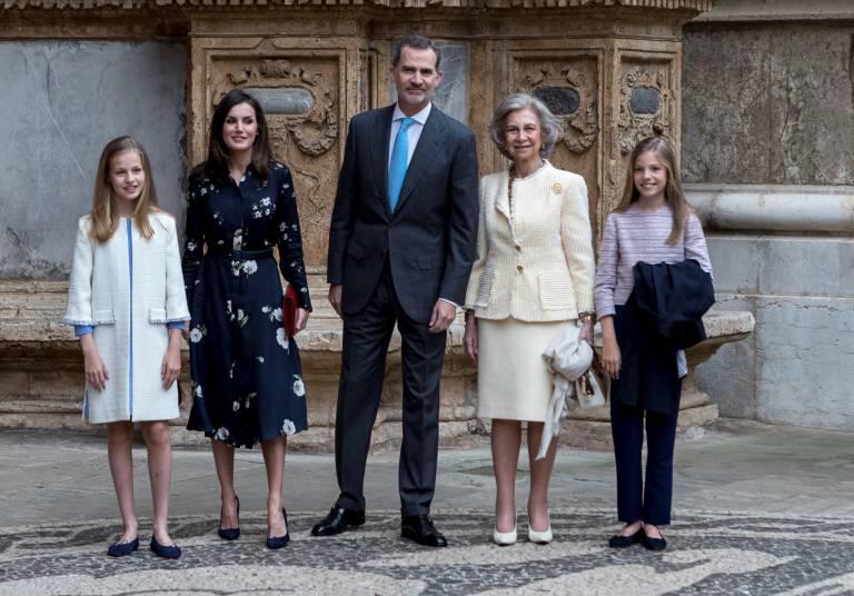 König Felipe steht zwischen den Stühlen. Die Eiszeit zwischen Letizia und ihrer Schwiegermutter ist deutlich zu spüren.  ©imago images / Agencia EFE