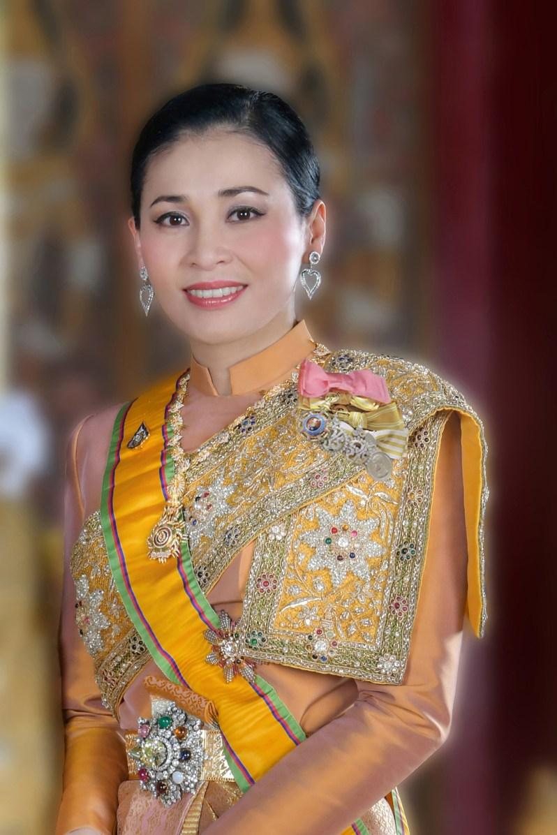 Im traditionellen Gewand und mit Herzohrringen: Königin Suthida erinnert auf dem Foto an ihre Schwiegermutter Alt-Königin Sirikit.  ©Public Relations Department Thailand