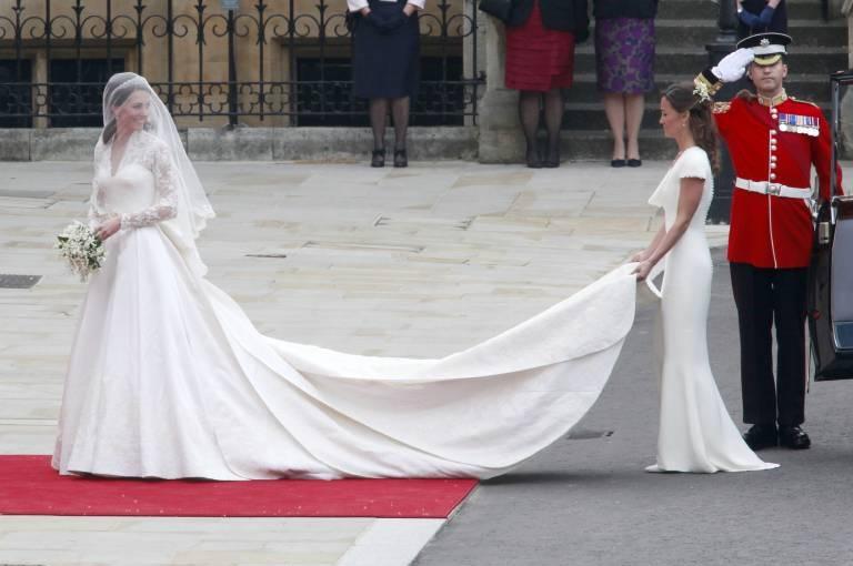 Am 29. April heiratete Prinz William seine langjährige Freundin Kate Middleton. Die en ganliegende Corsage des Kleides wirkte für britische Verhältnisse fast ein wenig gewagt.  ©imago images / Future Image