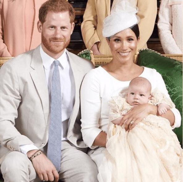 Der Sohn von Herzogin Meghan und Prinz Harry trägt das Taufkleid, das auch schon George, Charlotte und Louis vor ihm getragen haben.  ©️ Sussex Royal, Chris Allerton